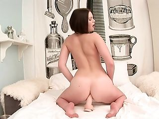 Breathtakingly hot doll Romana can't live a day without masturbating